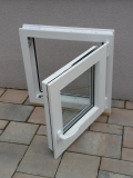 Okno biele, š 550 x v 550 mm otváravo- sklopné (OS) s čírym sklom - funkcia otvorené.