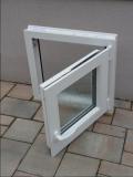 Okno biele, š 550 x v 550 mm otváravo- sklopné (OS) so sklom DKČ (dubová kôra číra) - funkcia otvorené.