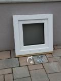 Okno biele, š 550 x v 550 mm otváravo- sklopné (OS) so sklom DKČ (dubová kôra číra) - príslušenstvo.