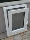 Okno biele, š 550 x v 700 mm otváravo- sklopné (OS) s čírym sklom - funkcia sklopné.