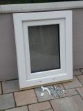 Okno biele, š 550 x v 700 mm otváravo- sklopné (OS) s čírym sklom - príslušenstvo.
