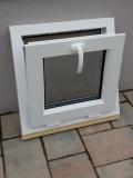 Okno biele, š 550 x v 550 mm sklopné (S) so sklom DKČ (dubová kôra číra) - funkcia sklopné.