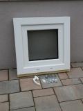 Okno biele, š 550 x v 550 mm sklopné (S) so sklom DKČ (dubová kôra číra) - príslušenstvo.