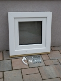 Okno biele, š 550 x v 550 mm sklopné (S) s čírym sklom - príslušenstvo.