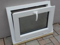 Okno biele, š 700 x v 550 mm sklopné (S) so sklom DKČ (dubová kôra číra) - funkcia sklopné.