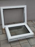 Okno biele, š 700 x v 550 mm sklopné (S) so sklom DKČ (dubová kôra číra) - funkcia otvorené.