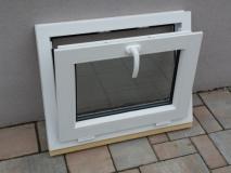 Okno biele, š 700 x v 550 mm sklopné (S) s čírym sklom - funkcia sklopné.